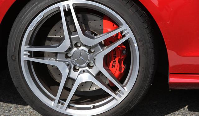 <strong>Mercedes-Benz CLS 63 AMG|メルセデス・ベンツ CLS 63 AMG</strong> 試乗車は、出力、トルクを向上させ、19インチAMG5ツインスポークアルミホイールや、強化されたパフォーマンスサスペンション、カーボンパーツ、レッドキャリパーなどをくわえることができるAMG パフォーマンスパッケージを備えていた。