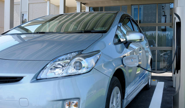<strong>あたらしい時代づくりに取り組むひとと企業──トヨタ自動車編</strong> プリウス プラグインハイブリッド
