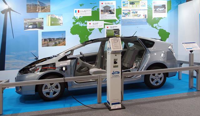 <strong>あたらしい時代づくりに取り組むひとと企業──トヨタ自動車編</strong> 2011年6月、東京ビッグサイトで開催された「スマートグリッド展 2011」の模様。トヨタが各地で実証実験を進めているスマートグリッドの概要が説明され、プリウス プラグインハイブリッド、個人向けに販売される予定の充電スタンド「Gステーション」が展示された。