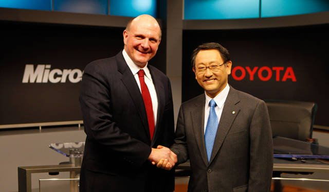 <strong>あたらしい時代づくりに取り組むひとと企業──トヨタ自動車編</strong> 2011年4月、トヨタはマイクロソフトとともにグローバルクラウドプラットフォーム構築に向け基本合意をした。写真左|マイクロソフト CEO スティーブ・バルマー氏、写真右|トヨタ自動車 CEO 豊田章男氏。