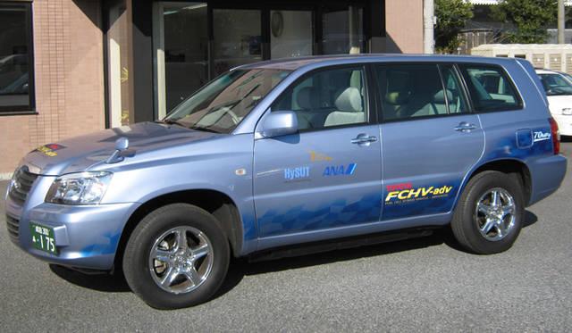 <strong>あたらしい時代づくりに取り組むひとと企業──トヨタ自動車編</strong> 成田国際空港を拠点に実施される「FCVハイヤー実証」にトヨタから提供された燃料電池ハイブリッド車「FCHV-adv」。