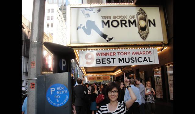 <strong>戸田恵子|慌ただしくも充実した、夏を振り返る その2 ニューヨーク観劇三昧!</strong><br />7月14日(木)『THE BOOK of Mormon』<br />今回の目玉ともいうべき作品。トニー賞では作品賞はじめ、9冠に輝いたミュージカルです。チケットは『War House』同様、入手に苦労しました。過去一番の支払いかも……。なんと1000ドル以上。初演の『プロデューサーズ』の700ドルを超えました。短期旅行者は辛い……(泣)。また来年来ても観られるだろうけど、キャストが変わる可能性もあるので、なんとしても頑張ってしまうんです。芝居は底抜けに楽しく、歌がすばらしく、観終わってスカッとした気分になりました。