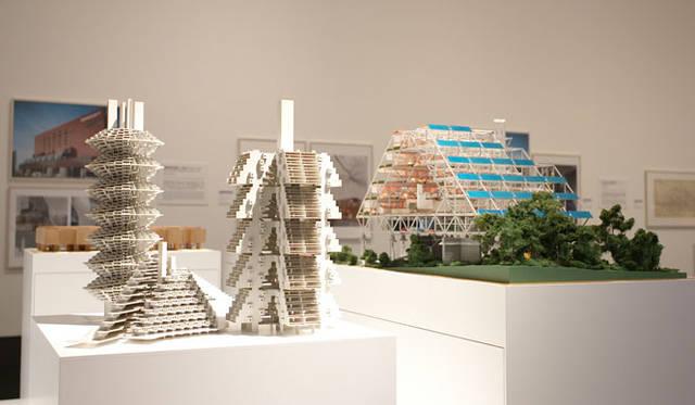 <strong>「メタボリズムの未来都市:戦後日本・今甦る復興の夢とビジョン」展</strong> 左/「集合住宅の型 菊竹清訓」(1966年)、右/「層構造モジュール 菊竹清訓」(1972年)