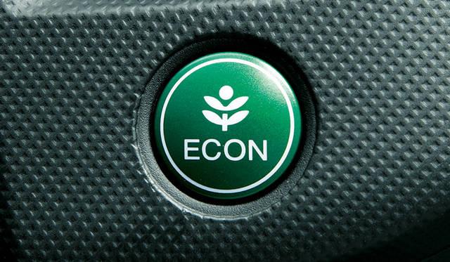<strong>HONDA INSIGHT|ホンダ インサイト</strong> ECONスイッチ。このスイッチを押すことで、「低燃費モード」に変化する。具体的には、アクセル操作にたいするエンジンの反応を抑制、アイドリングストップ時間の延長、エアコンを省電力モードするなど、クルマ全体で少しずつ燃費に配慮して、トータルに制御をおこなう。