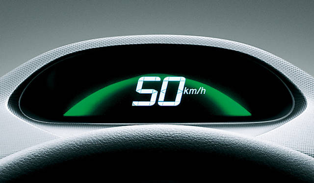 <strong>HONDA INSIGHT|ホンダ インサイト</strong> アクセルやブレーキの操作からエコドライブ度を写真のディスプレイカラーで判断するコーチング機能 。ちなみにグリーンがもっと良い色で、ブルーに近づくほど、燃費には好ましくない運転になるという。