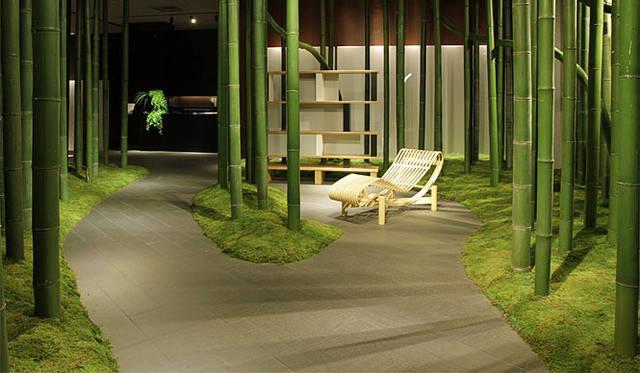 <strong>Cassina ixc.|カッシーナ・イクスシー</strong> カッシーナ・イクスシー青山本店1階エントランスは、新作展示会の序章。凜とした空気感のなかで、「トウキョウ」シューズロングの圧倒的な存在感。