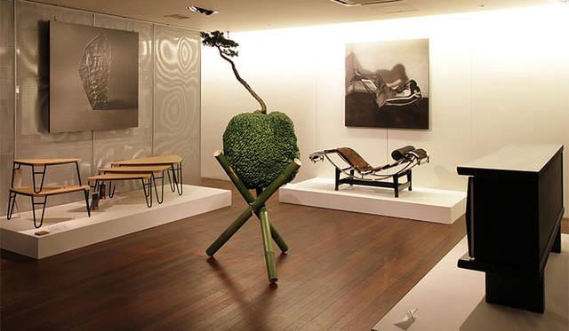 <strong>Cassina ixc.|カッシーナ・イクスシー</strong> 3階は、「シャルロット・ペリアン」の新作と写真、さらに東 信氏のインスタレーションが美しく配置。