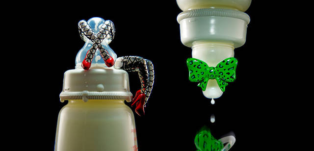 <strong>Justin Davis|ジャスティン デイビス</strong> 「2011クリスマスコレクション」 左/バーレスクダンスを表現した、斬新でセクシーなリング「バーレスクリング」5万2500円、右/インパクトある大ぶりのリボンリング。創意を凝らした精密なアートワークにより、レオパード柄を表現した作品「リボンリング」6万3000円