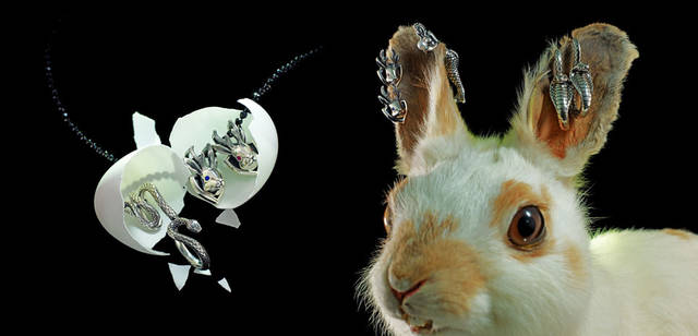 <strong>Justin Davis|ジャスティン デイビス</strong> 「2011クリスマスコレクション」 左から/ツイスト型にデザインされたスネークのリングは指もとをクールに演出「スネークリング」3万6750円、架空の動物ジャッカロープをモチーフにした、お守りのような意味をもつキュートなペンダント「ジャッカロープペンダント」2万9400円、「オニキスチェーン」1万9950円、「ジャッカロープピアス」各1万7850円(片耳売り)、パールを持つマーメイドがとても神秘的な表情のユニークなピアス「マーメイドピアス」2万1000円(片耳売り)、コブラの表情をリアルに表現したフック型のピアス「コブラピアス」2万2050円(片耳売り)
