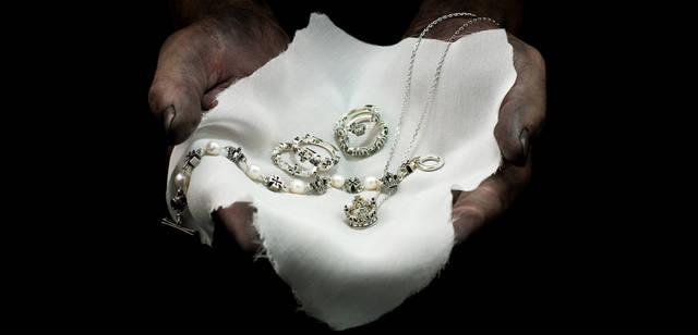 <strong>Justin Davis|ジャスティン デイビス</strong> 「2011クリスマスコレクション」 ブランドを象徴するモチーフとパールをあしらった上品なブレスレット「パールブレスレット」4万5150円から、クロスとマーキス型のストーンをセットした繊細なリング。ペアや重ねづけにお薦め。「クロスリング」各2万6250円、クラウンとマーキス型のストーンをセットした繊細なリング「クラウンリング」各2万5200円、メインモチーフのクラウンのエレガントなネックレス「クラウンネックレス」2万7300円
