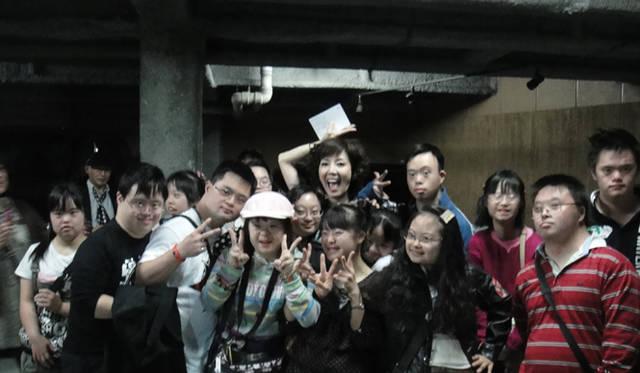 <strong>BGブランドから新作登場! 戸田恵子×植木 豪インタビュー</strong> ラブジャンクスのみんなと。<br />植木 「ラブジャンクスさんを応援する、という変わらないテーマがありつつ、今年は震災があり、自分たちの作っているものが誰かの手に届く、ということをあらためて意識した1年でした。ただ絵を描いているだけではなにも起こらないけど、カタチになって、誰かの手に届いてよろこびに変わって、それが誰かを応援することにつながる。ああ、無駄なことってないんだなって、最近強く思います」