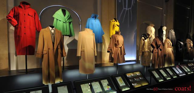 <strong>MaxMara|マックスマーラ</strong> モスクワ国立歴史博物館に並んだ、歴代有名デザイナーが手がけたコートの代表作とスケッチ画。