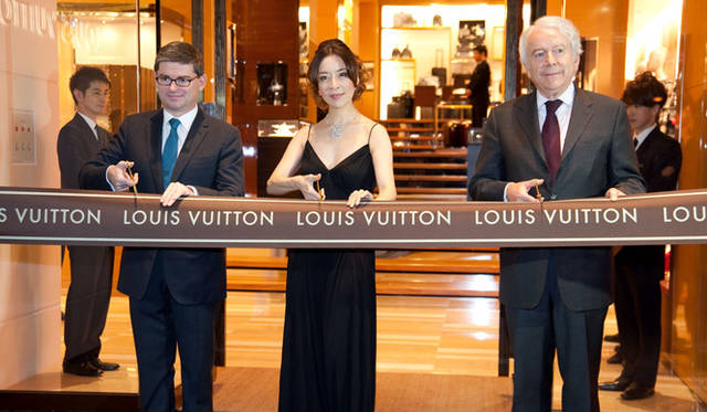<strong>LOUIS VUITTON|ルイ・ヴィトン</strong> 大阪心斎橋店のテープカットには真矢みきも登場! &copy;LOUIS VUITTON