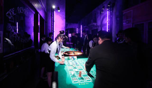 <strong>LEXUS GS|レクサス GS</strong> 「レクサス スピンドル ナイト」会場より。模擬カジノを楽しむゲスト