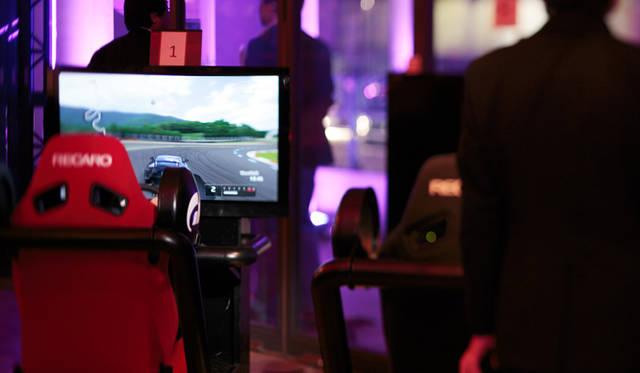<strong>LEXUS GS|レクサス GS</strong> 「レクサス スピンドル ナイト」会場より。PS3/グランツーリズモによるLFAのドライビングシミュレーション
