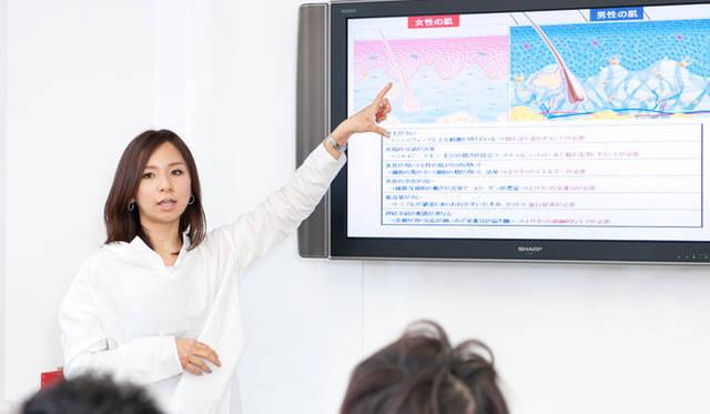 「OPENERS×クラランス美容講習会」 クラランスPRの西村さんがしっかり説明してくれます。
