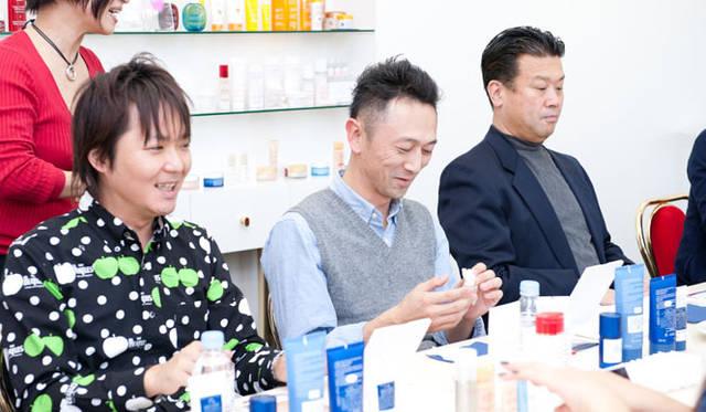 「OPENERS×クラランス美容講習会」 最初は洗顔料の「アクティヴ フェイス スクラブ」を手で試してみる。