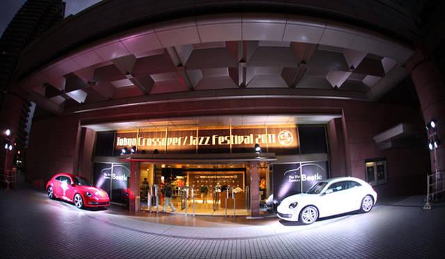 <strong>The Beetle Presents Tokyo Crossover/Jazz Festival|ザ・ビートル・プレゼンツ 東京クロスオーバー・ジャズ・フェスティバル</strong> エントランスでは2台のザ・ビートルがお出迎え
