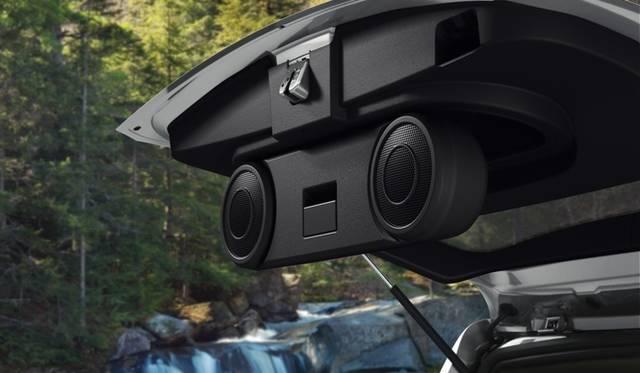 <strong>Jeep Patriot|ジープ パトリオット</strong> 2012年モデル。Limitedにはアウトドアで便利なリフトゲートスピーカー2基を含む、ミュージックゲートパワー<sup>TM</sup> プレミアムサウンドシステムが標準装備される