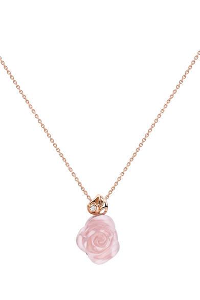 <strong>Dior fine jewelry|ディオール ファイン ジュエリー</strong> 「La Rose Dior Pr&eacute; Catelan(ローズ ディオール プレ カトラン)」 ペンダント [PG×ダイヤモンド×ピンククォーツ] 51万4500円 *2012年3月発売予定<br /><br />クリスチャン ディオール<br />Tel. 03-3263-2266