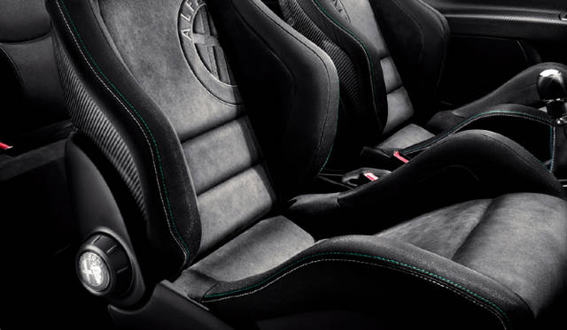 <strong>Alfa romeo MiTo Quadrifoglio Verde Limited Edition|アルファロメオ ミト クワドロフォリオ ヴェルデ リミテッド エディション</strong> 内装は鮮やかなグリーンステッチが施される