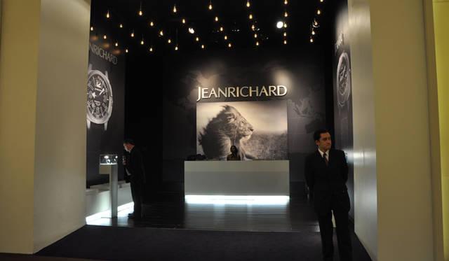 <strong>JEANRICHARD|ジャンリシャール</strong> 展示ブースにはニック・ブランドの作品も使用されていた。