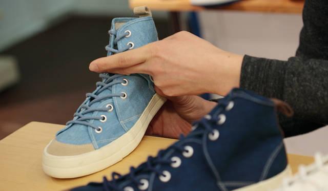 <strong>RFW|アールエフダブリュー デザイナー鹿子木 隆が語る、新生RFWのクリエイション</strong><br />「靴ですから、やっぱり履き心地が悪ければ成立しません。たとえば「サンドウィッチ」は、サイドの羽根の大胆なカッティングがデザイン的におもしろいだけでなく、ちょうど足が屈曲するポイントで羽根を切り返しているんです」