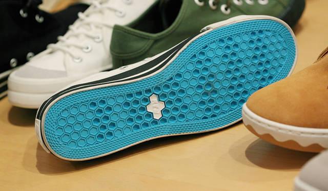 <strong>RFW|アールエフダブリュー デザイナー鹿子木 隆が語る、新生RFWのクリエイション</strong><br />「アッパーのデザインはボトムスによって隠れてしまうことがありますので、鮮やかなブルーの靴底や、サイドの太いライン、「モカ スエード」の波ラインなど、ソールにオリジナリティを意識しています」