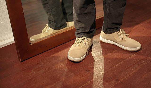 <strong>RFW|アールエフダブリュー デザイナー鹿子木 隆が語る、新生RFWのクリエイション</strong><br />「足型は人それぞれですし、履き心地もボトムスとのバランスも好みがありますから、絶対とは言えませんが、「モカ スエード」「コナ スエード」はもともとコンフォートタイプのゆったりとしたつくりになっていますし、見た目にボリュームもありますから、ジャストサイズで履かれることをお薦めします。「サンドウィッチ」「ベーグル」は、1cmくらい余裕をもってもいいかもしれません」
