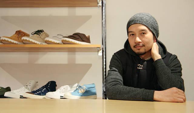 <strong>RFW|アールエフダブリュー デザイナー鹿子木 隆が語る、新生RFWのクリエイション</strong><br />「いまはファッションマーケットがメインですが、今後は靴の専門店でも受け入れてもらえるようなものをつくっていきたいですね。そして、いずれはコンバースのオールスターや、ヴァンズのスリッポンのように、お洒落な大人から普通の中学生まで、誰もが履いている靴を作れたらいいなと思っています」