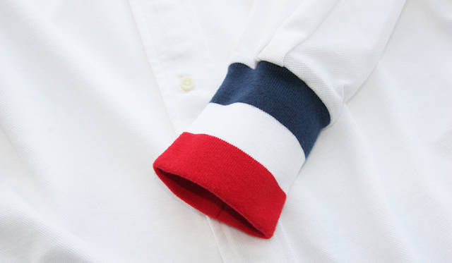 <strong>flaph × BARNEYS NEYORK</strong> トリコロールカラーの袖には肉厚なスウェット素材を採用。
