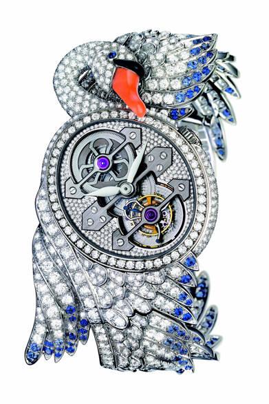 こちらはホワイトスワン。つがいのスワンは、完全なる愛と忠誠のシンボルでもあり、まるでかけがえのない絆を物語るかのよう。<br /><br />  <strong>トゥールビヨン シプリス</strong><br /> 1億185万円<br /> ジラール・ペルゴ社製スリーゴールド・ブリッジ・トゥールビヨン、WG×ダイヤモンド×ブルーサファイア×コーラル×オニキス、日本入荷予定<br /><br />  ブシュロン カスタマーサービス<br /> Tel. 03-5537-2203