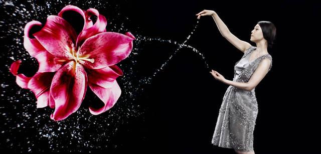 <strong>GIORGIO ARMANI|ジョルジオ アルマーニ</strong><br />胸もとが深く開いたドレスは、女性のデコルテを美しく彩ってくれる。随所にスパンコールがあしらわれ、まるで海の中で泡立つ波を表現しているかのよう。ドレス 336万円(ジョルジオ アルマーニ/ジョルジオ アルマーニ ジャパン)