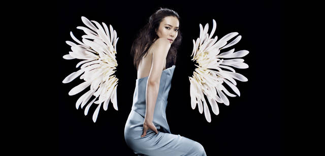 <strong>GIORGIO ARMANI|ジョルジオ アルマーニ</strong><br />1カットめと色ちがいのショート丈ドレス。日本人の肌に馴染む淡いブルーは、着るひとの内面の美しさまで際立たせる。ドレス 67万2000円(ジョルジオ アルマーニ/ジョルジオ アルマーニ ジャパン)