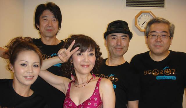 <strong>戸田恵子 × 植木 豪インタビュー</strong> バンドのメンバーと。左から上里はな子さん(vln)、山崎教昌さん(key)、野呂尚史さん(ds)、千葉一樹さん(b)