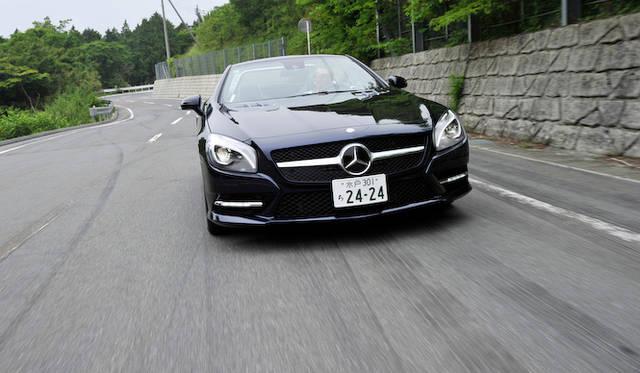 <strong>Mercedes-Benz SL350 BlueEFFICIENCY|メルセデス・ベンツSL350ブルーエフィシエンシー</strong><br />試乗車のSL350には「AMGスポーツパッケージ」(90万円)が装着されていた。また、この「カバンサイトブルー」というボディカラーは今回からの新色