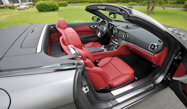 <strong>Mercedes-Benz SL550 BlueEFFICIENCY|メルセデス・ベンツSL550ブルーエフィシエンシー</strong><br />試乗車のインテリアにはフルレザーパッケージ(50万円)と、バング&オルフセンのオーディオ(50万円)が装着されていた