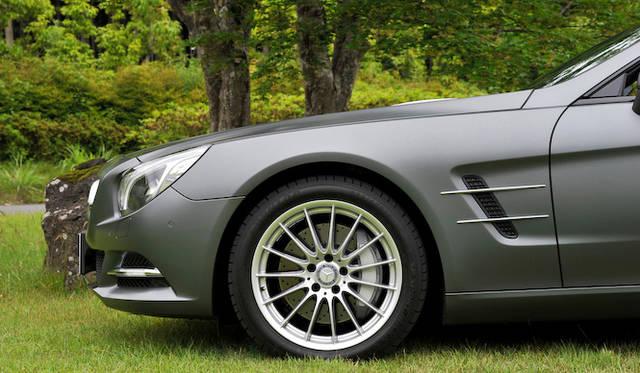 <strong>Mercedes-Benz SL550 BlueEFFICIENCY|メルセデス・ベンツSL550ブルーエフィシエンシー</strong><br />標準タイヤはフロントが255/40R18、リヤが285/35R18