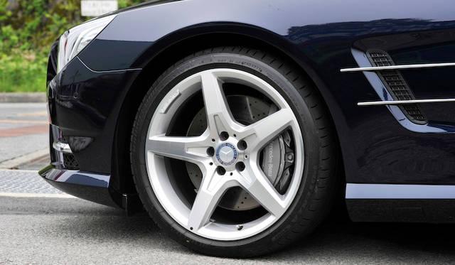 <strong>Mercedes-Benz SL350 BlueEFFICIENCY|メルセデス・ベンツSL350ブルーエフィシエンシー</strong><br />「AMGスポーツパッケージ」を装着すると、19インチの5本スポークホイールに変更となる