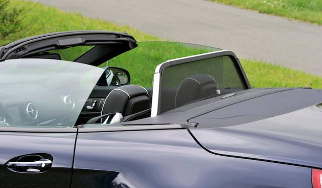 <strong>Mercedes-Benz SL350 BlueEFFICIENCY|メルセデス・ベンツSL350ブルーエフィシエンシー</strong><br />走行時の風の巻き込みを防止する、電動式のドラフトストップは標準装備