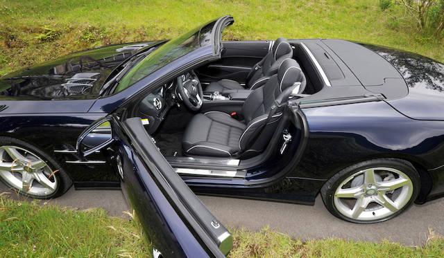 <strong>Mercedes-Benz SL350 BlueEFFICIENCY|メルセデス・ベンツSL350ブルーエフィシエンシー</strong><br />「AMGスポーツパッケージ」を装着すると、専用のインテリアデザインとなるほか、トリムやメーターパネルなどもAMGのものに変更される