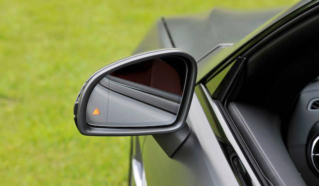<strong>Mercedes-Benz SL550 BlueEFFICIENCY|メルセデス・ベンツSL550ブルーエフィシエンシー</strong><br />サイドミラーの三角は、最近のメルセデス各モデルに装着される、死角に入った他車を感知すると点灯する「アクティブブラインドスポットアシスト」のインジゲーターだ