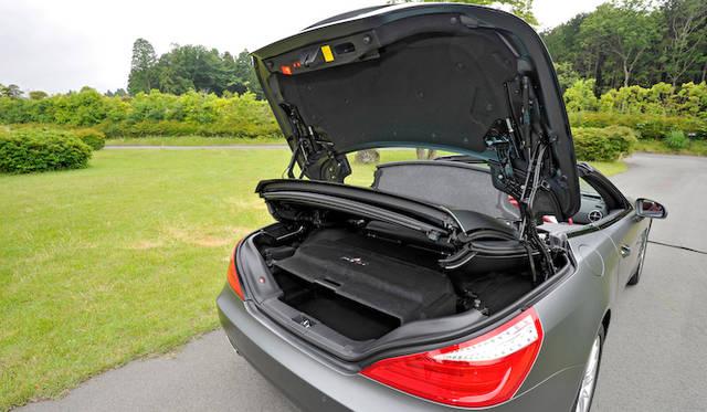 <strong>Mercedes-Benz SL550 BlueEFFICIENCY|メルセデス・ベンツSL550ブルーエフィシエンシー</strong><br />トランク容量はルーフ格納時で364リットル、最大で504リットル