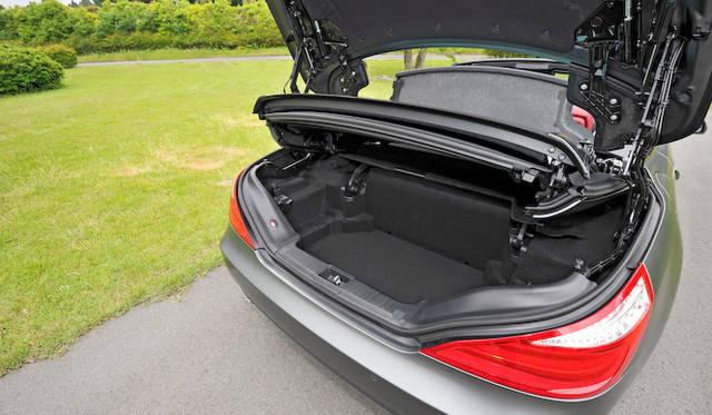 <strong>Mercedes-Benz SL550 BlueEFFICIENCY|メルセデス・ベンツSL550ブルーエフィシエンシー</strong><br />キーを持っていれば、トランク下でペダルを踏む動作のみで開閉できる