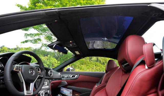 <strong>Mercedes-Benz SL550 BlueEFFICIENCY|メルセデス・ベンツSL550ブルーエフィシエンシー</strong><br />オプションの「マジックスカイコントロールパノラミックバリオルーフ」遮蔽時