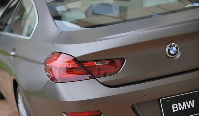 <strong>BMW 6 Series Gran Coupe|ビー・エム・ダブリュー  6 シリーズ グランクーペ</strong><br />エンブレムの下にはリヤ・ビュー・カメラが搭載されている