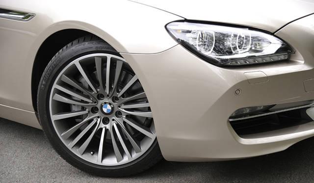 <strong>BMW 6 Series Gran Coupe|ビー・エム・ダブリュー  6 シリーズ グランクーペ</strong><br />オプションの19インチ「Wスポーク・スタイリング423 アロイホイール」(30万円) タイヤはフロント245/40 R19、リヤ275/35 R19