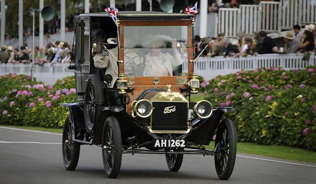 <strong>Ford Model T|T型フォード</strong><br />世界ではじめてベルトコンベアを使用した流れ作業方式で製造されたクルマ 史上2番目に大量生産されたクルマで1908-1927年までの19年間で1,500万7,033台を生産した (もっとも生産されたクルマは65年間かけて2,100万台以上が製造されたフォルクスワーゲン・タイプ1)