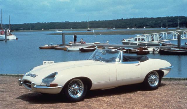 <strong>Jaguar E-Type|ジャガー Eタイプ</strong><br />1961-1975年にかけて製造されたスポーツカー。レーシングカーだった「Cタイプ」、「Dタイプ」のイメージを受け継いで、市販車ながら「Eタイプ」と名づけられ、たかい人気を得た