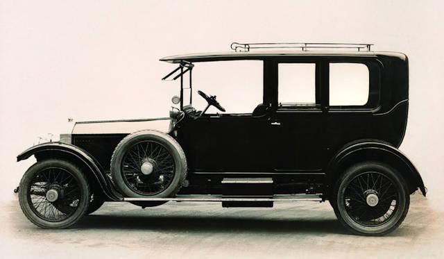 <strong>Rolls-Royce Silver Ghost|ロールスロイス シルバーゴースト</strong><br />過酷な耐久テストをクリアしたテストカーのボディーカラーが銀色だったため、以後「シルバーゴースト」と呼ばれるようになった 1906-1925年まで製造された